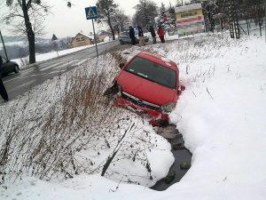 Auto w rowie po wypadku w Goleszowie